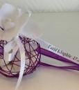 Boule métallique à dragées violet avec orchidée blanche