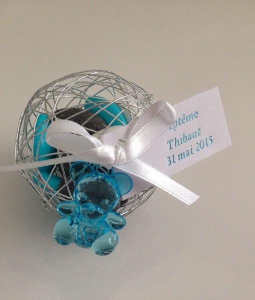 Boule métallique à dragées avec pendentif ourson turquoise