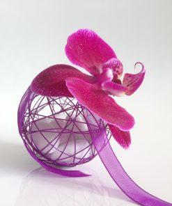 Dragées mariage - Boule métallique violette avec orchidée