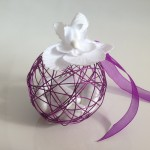 Dragées mariage - Boule métallique violette avec orchidée blanche