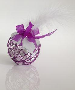 Boule métallique à dragées violet avec plume blanche