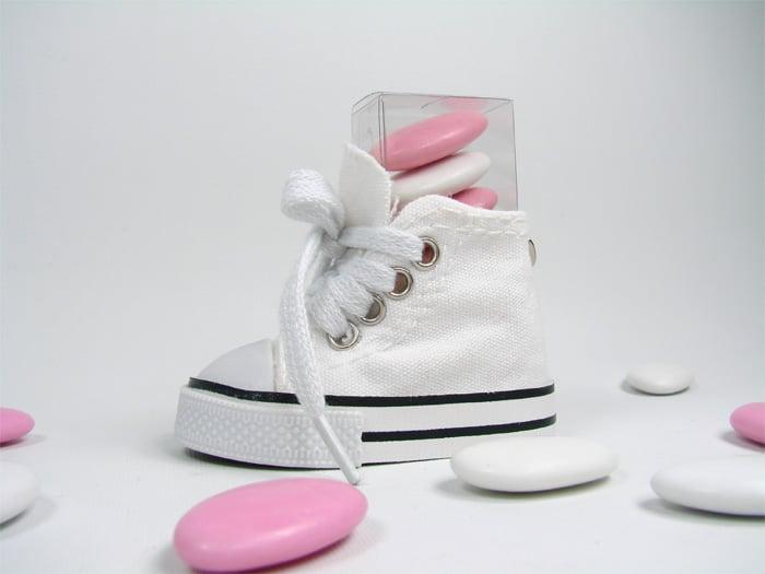 tubo à dragées avec chaussure converse blanche porte clef