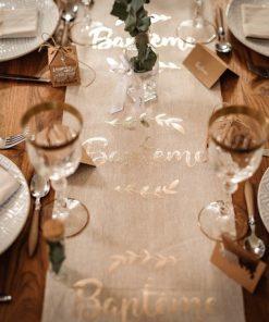 Déco baptême blanc et or chemin de table lin