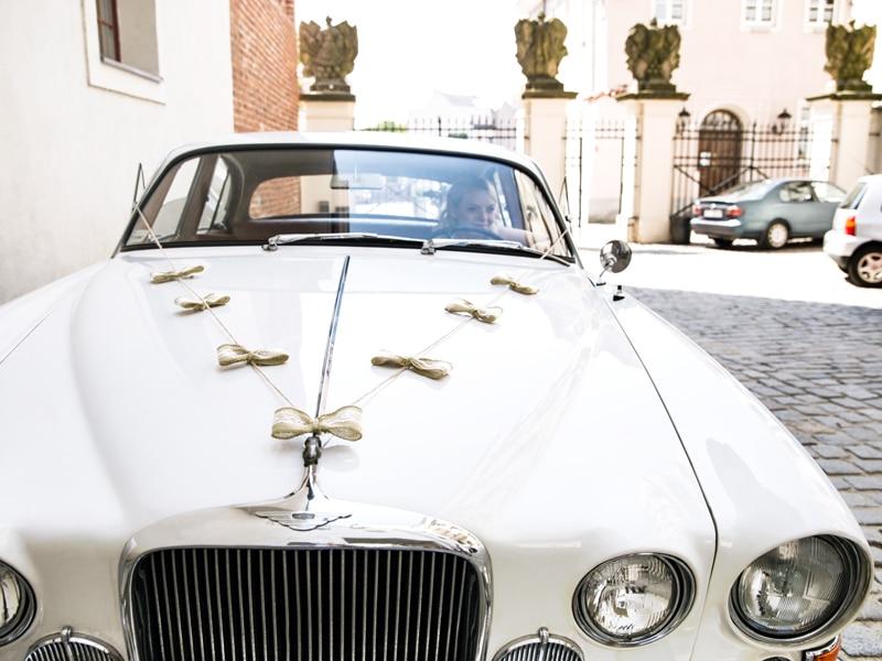 Décoration voiture mariage champêtre Jute et dentelle